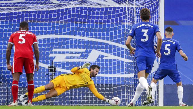 Pemain Chelsea Jorginho (kanan) gagal melakukan tendangan penalti ke gawang Liverpool pada pertandingan Liga Premier Inggris di Stadion Stamford Bridge, Minggu (20/9/2020). Liverpool menang 2-0 lewat gol Sadio Mane. (AP Photo/Matt Dunham, Pool)
