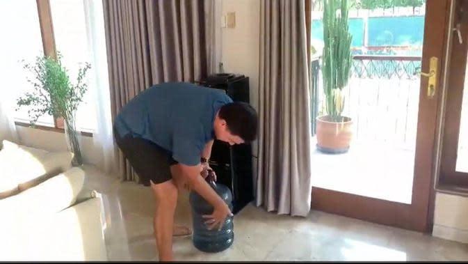 Hamish Daud mengangkat galon air minum untuk Raisa (Twitter)