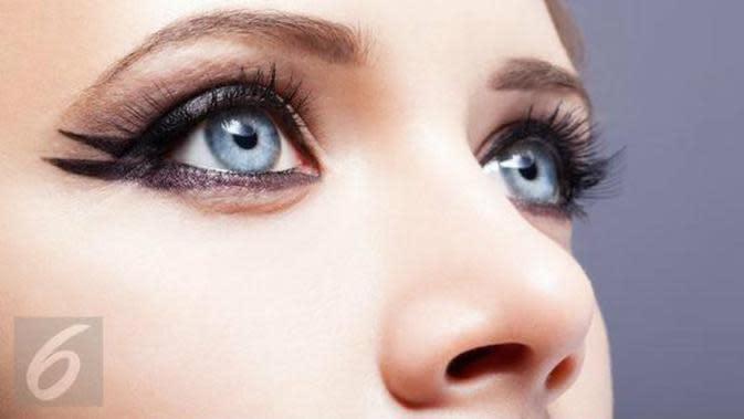 Satu lagi tren makeup mata yang patut Anda lirik, yaitu eyeliner upside down. Gaya riasan ini membuat sorotan mata terlihat dramatis. (Foto: Istockphoto)
