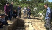 開挖古墓看墓誌銘 考古隊長挖到祖墳