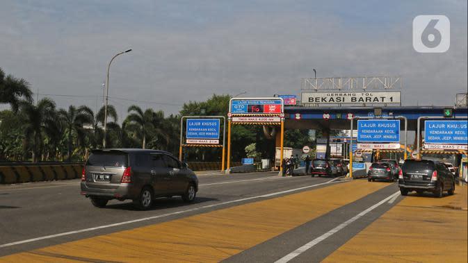 Sejumlah kendaraan roda empat melintas masuk ke gerbang tol Bekasi Barat 1 di Bekasi, Jawa Barat, Rabu (8/4/2020). Gubernur Jawa Barat Ridwan Kamil mengajukan status Pembatasan Sosial Berskala Besar (PSBB) di wilayah Bogor, Depok, dan Bekasi kepada pemerintah pusat. (Liputan6.com/Herman Zakharia)