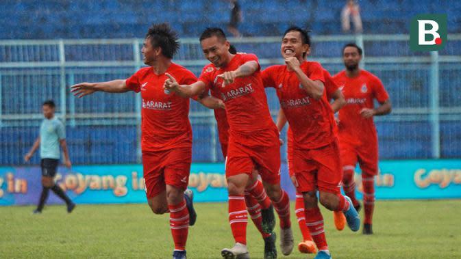 Para pemain melakukan Selebrasi setelah Alto Linus mencetak gol ke gawang Persela Lamongan di laga terakhir Grup B Piala Gubernur Jatim 2020 di Stadion Kanjuruhan, Malang, Sabtu (15/2/2020). (Bola.com/Iwan Setiawan)