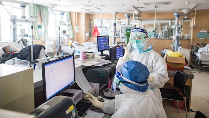 Han Yi (belakang), petugas medis dari Provinsi Jiangsu, bekerja di sebuah bangsal ICU Rumah Sakit Pertama Kota Wuhan di Wuhan, 22 Februari 2020. Tenaga medis dari seluruh China telah mengerahkan upaya terbaik mereka untuk mengobati para pasien COVID-19 di rumah sakit itu. (Xinhua/Xiao Yijiu)