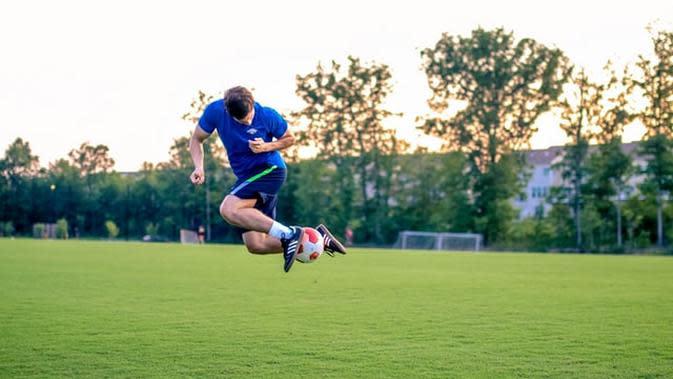 Ilustrasi bermain sepak bola. (Photo by Ruben Leija on Unsplash)