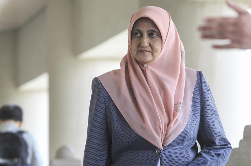 Former audit performance director Saadatul Nafisah Bashir Ahmad arrives at the Kuala Lumpur High Court January 16, 2020. — Picture by Miera Zulyana
