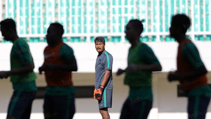 Pelatih kiper Timnas, Gatot Prasetyo saat sesi latihan timnas Indonesia di Stadion Pakansari, Bogor. (Dok Bola.com)