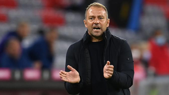 Pelatih Bayern Munchen, Hans-Dieter Flick, memberikan arahan kepada pemainnya saat menghadapi Schalke pada laga Liga Jerman di Allianz Arena, Sabtu (19/9/2020) dini hari WIB. Bayern Munchen menang 8-0 atas Schalke. (AFP/Christof Stache)