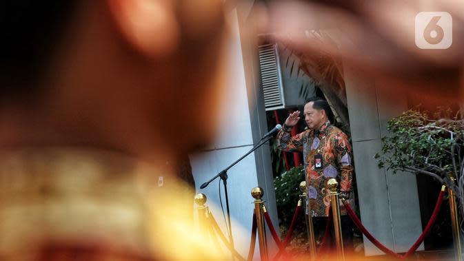 Menteri Dalam Negeri Tito Karnavian menjadi Inspektur upacara pada apel seluruh Pegawai Lingkup Kemendagri dan BNPP di halaman kantor Kemendagri, Jakarta, Kamis (24/10/2019). Dalam apel perdana ini Tito memberikan arahan kepada semua pegawai Kemendagri. (Liputan6.com/Johan Tallo)