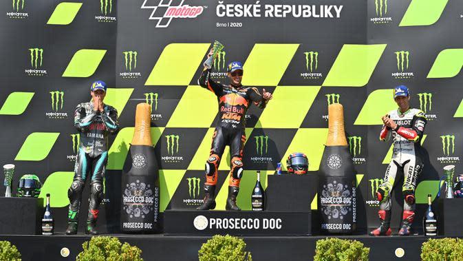 (kiri ke kanan) Pembalap Franco Morbidelli, Brad Binder, dan Johann Zarco naik podium usai laga MotoGP Ceko di Sirkuit Masaryk, Brno, Republik Ceko, Minggu (9/8/2020). Brad Binder berhasil menjadi juara setelah menjadi yang tercepat di balapan yang digelar sebanyak 21 lap. (Joe Klamar/AFP)