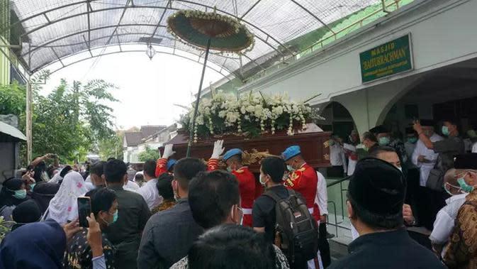 Prosesi Pemakaman Ibunda Jokowi (Sumber: Instagram/m/indonesiavoice_)
