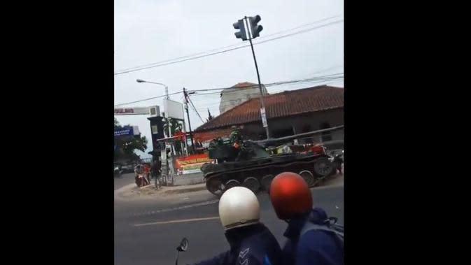 Tank Tabrak Sepeda Motor dan Gerobak Gorengan, TNI AD Ganti Kerugian Warga