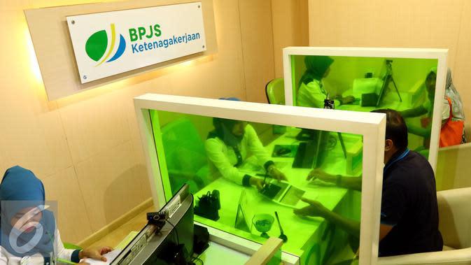 Petugas melayani warga pengguna BPJS di di Kantor Cabang BPJS Ketenagakerjaan Salemba, Jakarta, Rabu (04/5). BPJS mencatat ada 19 juta tenaga kerja yang telah terdaftar dalam empat program di BPJS Ketenagakerjaan.(Liputan6.com/Fery Pradolo)