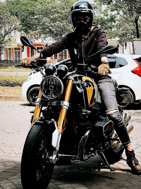 Gaya Nikita Mirzani Naik Motor Gede. (Sumber: Instagram.com/nikitamirzanimawardi_17)