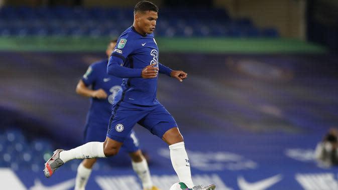 Thiago Silva akhirnya menjalani debut bersama Chelsea saat bersua Barnsley pada laga babak ketiga Piala Liga Inggris, di Stamford Bridge, Kamis (24/9/2020) dini hari WIB. (Alastair Grant/AFP/POOL)