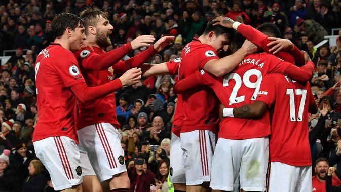 Para pemain Manchester United merayakan gol yang dicetak Marcus Rashford ke gawang Newcastle pada laga Premier League di Stadion Old Trafford, Manchester, Rabu (26/12). MU menang 4-1 atas Newcastle. (AFP/Paul Ellis)