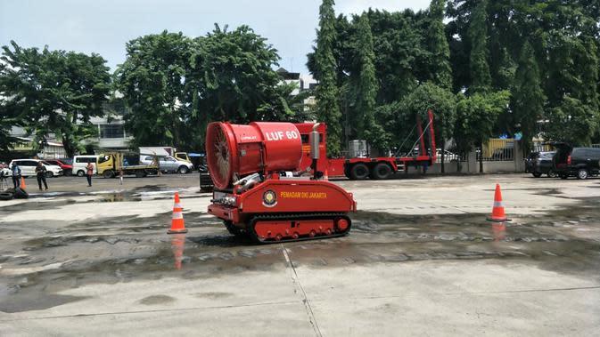 Robot Pemadam Kebakaran seharga Rp 8 Miliar milik Pemprov DKI tengah memperagakan aksi pemadaman. (Liputan6.com/Ika Defiati)