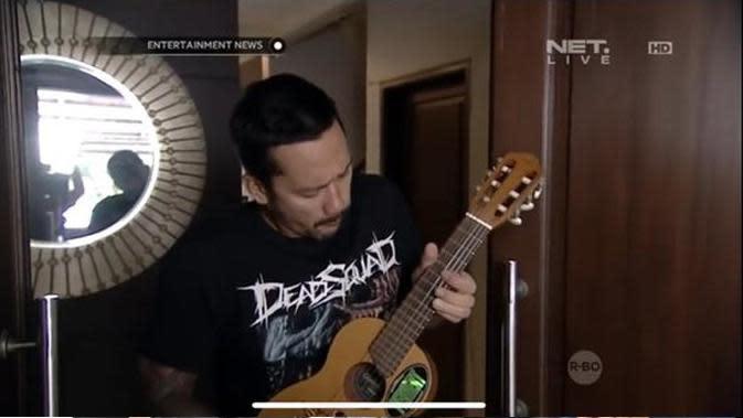 Tora Sudiro di kediamannya yang unik