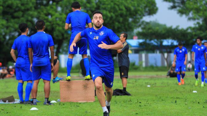 Striker anyar Arema FC, Jonathan Bauman, saat menjalani latihan fisik. (Bola.com/Iwan Setiawan)