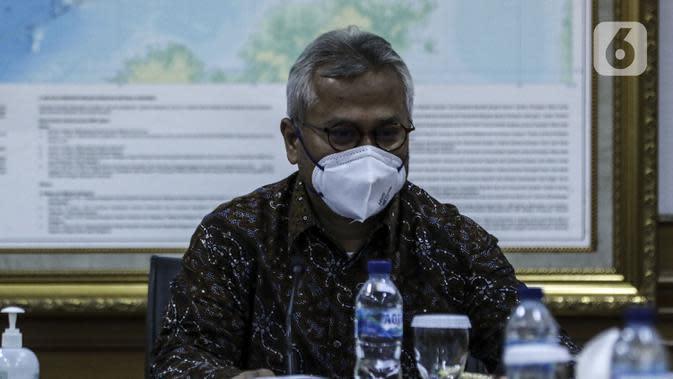 Ketua Komisi Pemilihan Umum (KPU) Arief Budiman saat menerima kunjungan Menteri Dalam Negeri Tito Karnavian di Kantor KPU, Jakarta, Kamis (30/7/2020). Kunjungan Tito Karnavian dalam rangka membahas pelaksanaan Pemilihan Serentak 2020. (Liputan6.com/Johan Tallo)
