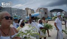 平行時空?巴西「享受人生」 海灘擠滿人