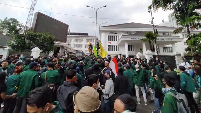 Aksi massa menolak omnibus law UU Cipta Kerja di depan Gedung DPRD Jabar berakhir ricuh, Rabu (7/10/2020). (Liputan6.com/Huyogo Simbolon)