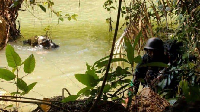 VIVA Militer: Prajurit Yonif 1 Mar Laksanakan Operasi Menyebrangi Sungai