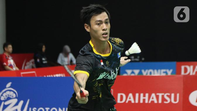 Pebulutangkis Indonesia, Shesar Hiren Rhustavito mengembalikan kok ke arah Kidambi Srikanth (India) pada babak pertama tunggal putera Indonesia Masters 2020 di Istora GBK, Jakarta, Rabu (15/1/2020). Shesar Hiren Rhustavito unggul 18-21 21-12 21-14. (Liputan6.com/Helmi Fithriansyah)