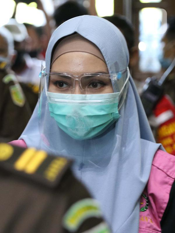 Tersangka dugaan korupsi dan tindak pidana pencucian uang terkait kepengurusan fatwa untuk Djoko Tjandra di Mahkamah Agung, Pinangki Sirna Malasari bersiap menjalani sidang di Pengadilan Tipikor Jakarta, Rabu (30/9/2020). Sidang beragenda pembacaan eksepsi. (Liputan6.com/Helmi Fithriansyah)