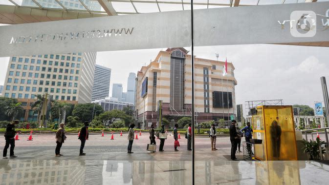 Petugas mengecek suhu pengunjung dan pekerja sebelum memasuki Senayan City, Jakarta, Selasa (9/6/2020). Senayan City siap menyambut pengunjung kembali pada 15 Juni 2020 dengan menyiapkan alat sterilisasi hingga pembatasan untuk jarak antar pengunjung dan tenant. (Liputan6.com/Johan Tallo)