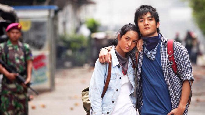 Masih tentang film Di Balik 1998, Chelsea bermain bersama Boy William di dalamnya. Aktris cantik yang satu ini memerankan karakter sebagai mahasiswi yang berasal dari keluarga tentara. Namun ia memutuskan untuk menjadi aktivis dan ditentang keluarganya. (Instagram/chelseaislan)
