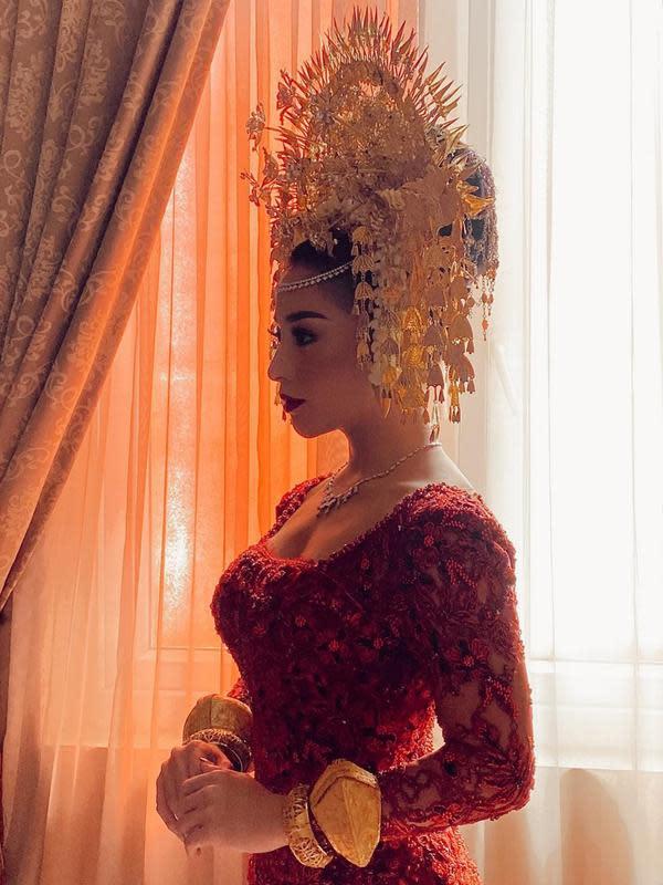 Di hari pernikahannya dengan Indra Priawan pada Sabtu (17/10/2020) lalu, Nikita Willy memilih memakai busana kebaya brokat berwarna merah dengan adat Minang.(Liputan6.com/IG/@nikitawillyofficial94)