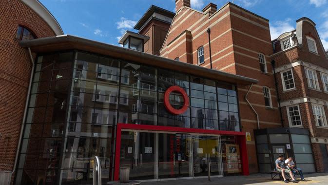 Foto pada 1 Agustus 2020 menunjukkan gedung Shakespeare Globe yang tutup di London, Inggris. Pemerintah Inggris pada Jumat (31/7) mengumumkan penundaan pelonggaran beberapa langkah pembatasan menyusul jumlah infeksi virus corona yang meningkat. (Xinhua/Han Yan)