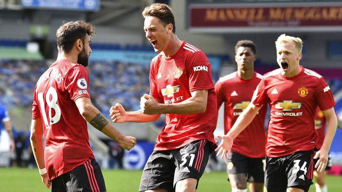 Para pemain Manchester United merayakan gol yang dicetak oleh Bruno Fernandes ke gawang Brighton Hove Albion pada laga Liga Inggris, Sabtu (26/9/2020). Setan Merah menang dengan skor 3-2. (Glyn Kirk/Pool via AP)