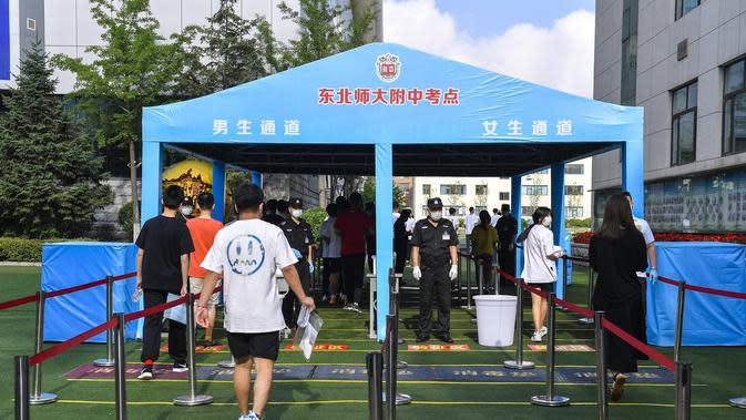 Para peserta memasuki lokasi ujian masuk perguruan tinggi di sebuah sekolah menengah atas di Changchun, ibu kota Provinsi Jilin, China timur laut (7/7/2020). Ujian masuk perguruan tinggi nasional China tahun ini telah dimulai pada Selasa (7/7). (Xinhua/Xu Chang)