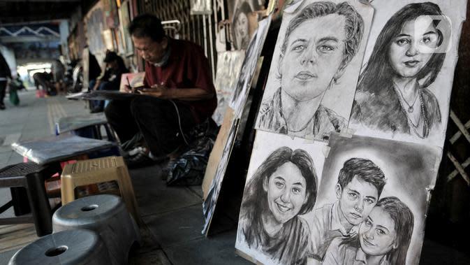 Seniman lukis menyelesaikan karyanya di pinggir Jalan Pintu Besar Selatan, Pinangsia, Jakarta, Selasa (2/6/2020). Pandemi virus corona COVID-19 ditambah adanya PSBB mengakibatkan penghasilan para pelukis di kawasan Kota Tua tersebut turun hingga 80 persen. (merdeka.com/Iqbal S. Nugroho)