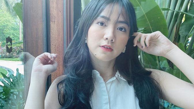 Wanita yang aktif di media sosial ini beberapa kali mengunggah foto OOTD di akun Instagram pribadinya. Pada foto ini, Shania terlihat menggunakan busana putih dengan riasan wajah natural. (Liputan6.com/IG/@shanju)