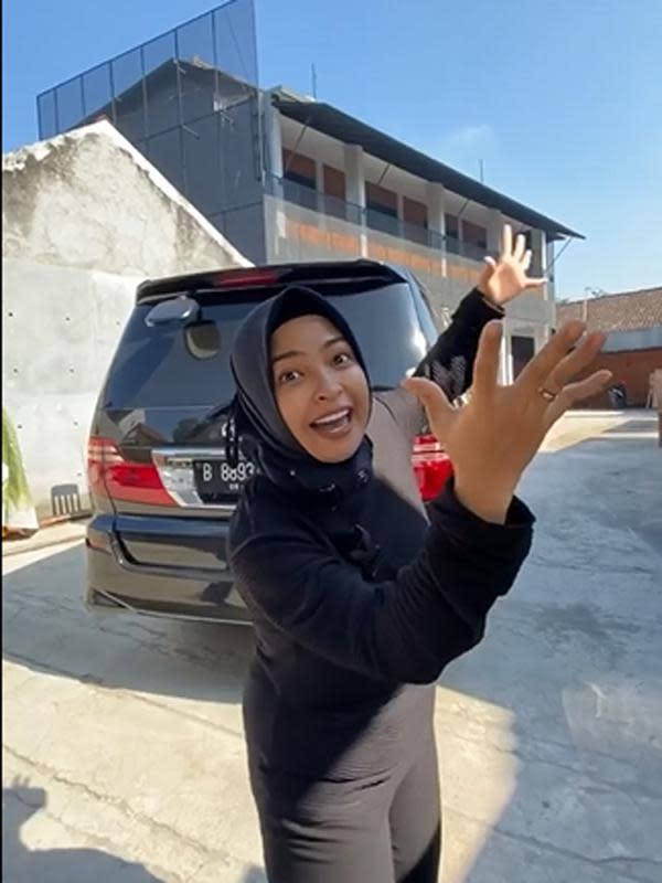 Belum lama ini, melalui akun instagramnya, Tantri Kotak baru saja membagikan usaha barunya. Ia baru saja merenovasi rumah buat kos-kosan dua lantai dengan delapan kamar. Rumah kos Tantri berada di Maguwoharjo, Yogyakarta. (Instagram/Tantri Kotak Bisnis Kontrakan)