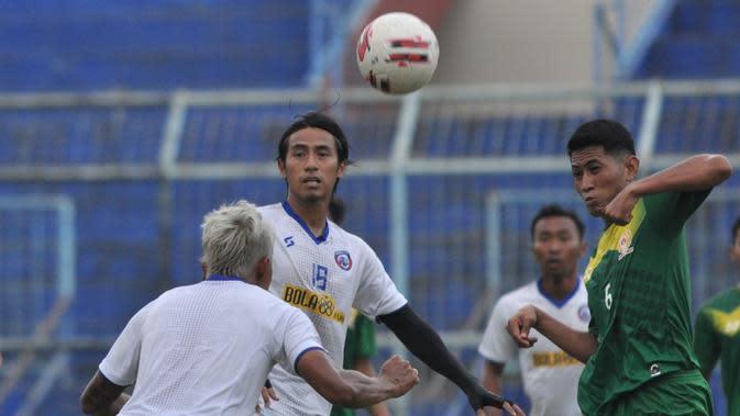 Hanif Sjahbandi saat jadi stoper dalam ujicoba lawan PON Jatim. (Bola.com/Iwan Setiawan)
