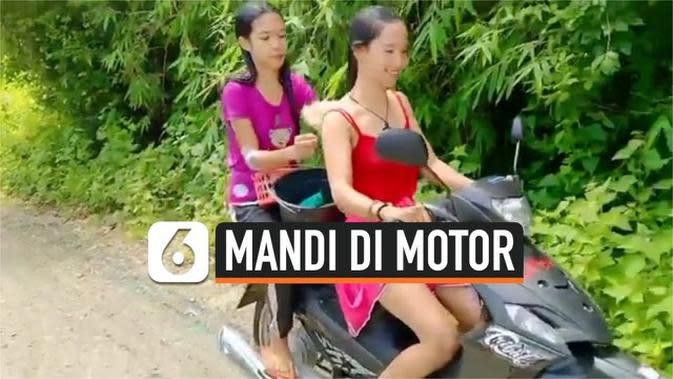 VIDEO: Aksi Kakak Beradik Mandi Sambil Mengendarai Sepeda Motor