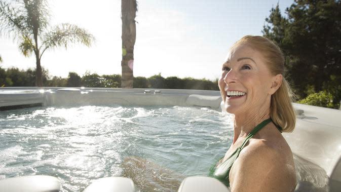 Berendam dalam air hangat juga dapat menjadi cara baik untuk relaksasi.