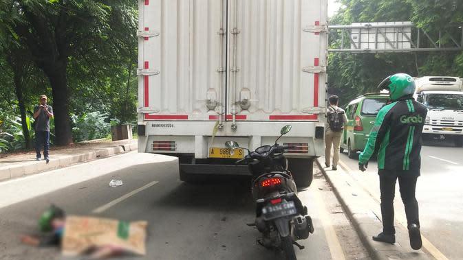 Penumpang ojol tewas terlindas truk di Jalan Daan Mogot, Tangerang, Senin (13/1/2020). (Pramita Tristiawati/Liputan6.com)