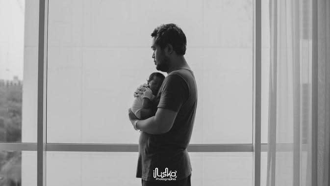 Dalam keterangan fotonya, ia mengucapkan rasa syukurnya dan menceritakan kondisi tak bisa menyaksikan empat hari pertama putranya setelah lahir. (Instagram/rachelmaryams)