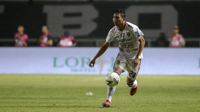 Bek Bali United, Ricky Fajrin, menggiring bola saat melawan Tira Persikabo pada laga Shopee Liga 1 di Stadion Patriot Pakansari, Bogor, Kamis (15/8). Bali menang 2-1 atas Tira Persikabo. (Bola.com/Yoppy Renato)