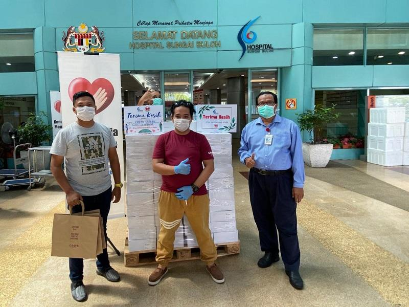 Costa Coffee employees distribute food to frontliners at the Sungai Buloh Hospital. — Picture courtesy of Costa Coffee Malaysia
