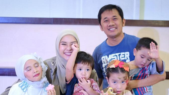 Zaskia Adya Mecca bersama suami dan anak-anak. (Foto: Dok. Instagram @zaskiadyamecca)