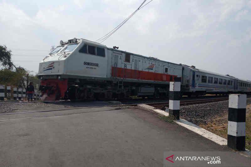 Frekuensi kereta hampir normal, warga diminta waspada lintasi jalur KA