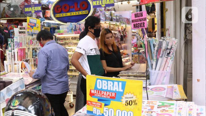 Aktivitas perdagangan di Pasar Baru, Jakarta Pusat, Selasa (9/6/2020). Pusat perbelanjaan tersebut kembali dibuka, meski masih dalam masa Pembatasan Sosial Berskala Besar (PSBB) transisi. (Liputan6.com/Angga Yuniar)