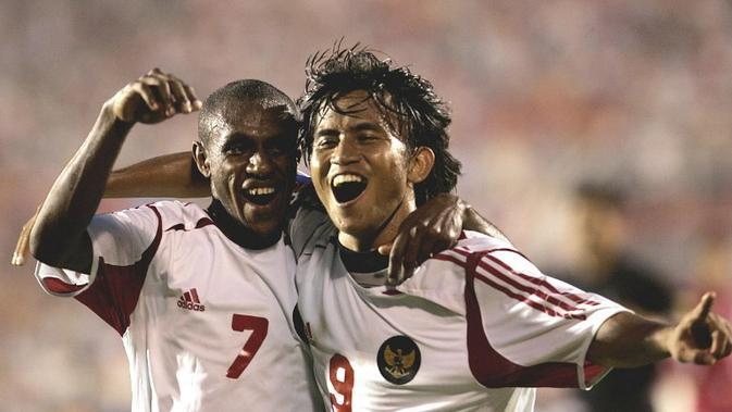 Boaz Solossa melakukan selebrasi dengan Ilham Jaya Kesuma saat melawan Laos di penyisihan grup Piala AFF 2004. (AFP/STR)
