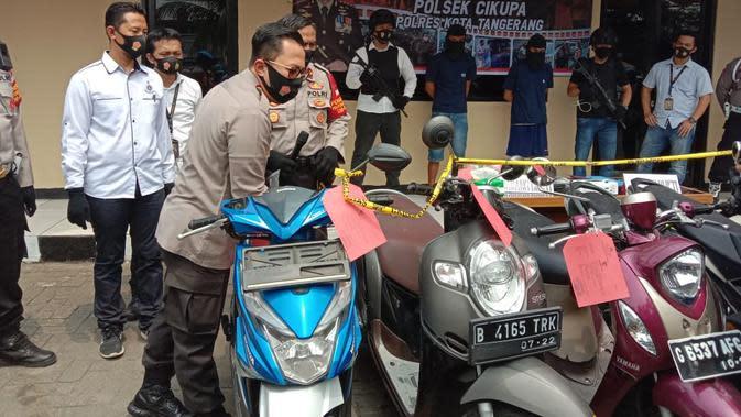 Polisi menangkap dua maling yang mengaku sudah mencuri 2.100 motor. (Liputan6.com/Pramita Tristiawati)