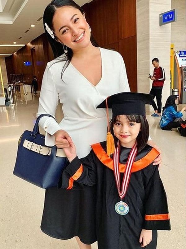 Marshanda menemani putrinya wisuda. (Instagram/@marshanda99)